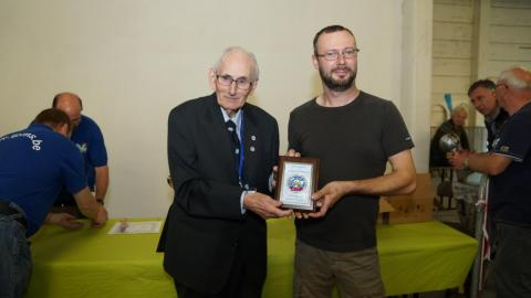 Peter Elley gives the IPMS USA plaque to Vincent Vanhuysse © André Dulieu